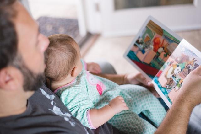 赤ちゃんに絵本を読み聞かせ